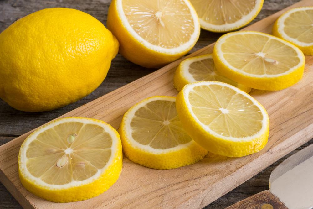 irisan-lemon-di-atas-talenan-kayu_1609575193.jpg